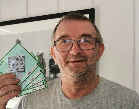 GEVINST-GLIS: Truls Tiller er en ivrig fotograf, og får med seg både stort og smått. Tirsdag tok han fram en bunke Flaxlodd som han hadde fått fra Nordlys. Gevinsten lokket fram smilet hos Tiller.