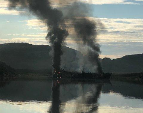 I løpet av natta har det fortsatt å brenne i tråleren, etter at den ble slept bort fra Kirkenes.