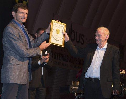 Onno Verberne (t.v.) delte ut Raufoss ILs hederspris til Finn Engen for 57 års tjeneste i klubben på opprykksfesten for et år siden. Nå er han Opplands kandidat til Årets ildsjel på Idrettsgallaen.