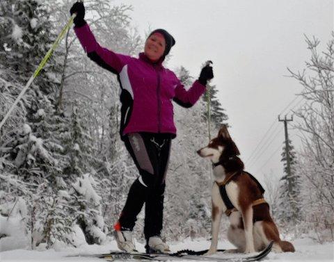 TIDLIG PÅ: Teresa Paulsrud fra Raufoss  tok med seg hunden og oppsøkte naturen på lørdag. Det angrer hun ikke på. - Flinke folk har lagd gode løyper, konstaterte hun.