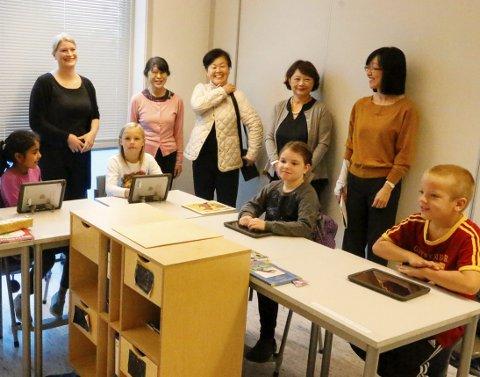 GJESTER: Det var storfint besøk på Finstad skole onsdag. Rektor Hanne Karin Heum med tre japanske forskere og en tolk, her fra besøket i 3B.