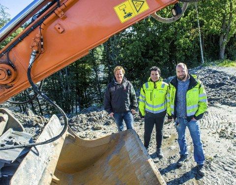 I gang: Entreprenørene er allerede i gang med å etablere anleggsveien i nord ved Hedrum sementstøperi. Rune Sandnes (t.v.), Ingfrid Svendsen og Martin Brathagen.Foto: Bjørn Jakobsen