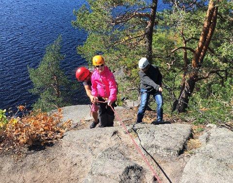 RAPPELLERING: Ronja Larsen får hjelp av instruktør Petter Roznowski til å rapellere ned den 15 meter lange fjellsiden. Mamma Kristine Bjørnstad er med.