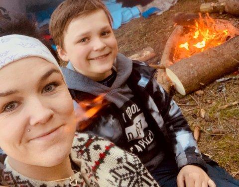 OVERNATTINGSTUR: – Vi har lært så mye av denne tida, sier Linny Blien fra Lensbygda, her sammen med sønnen sin på overnattingstur i gapahuk.