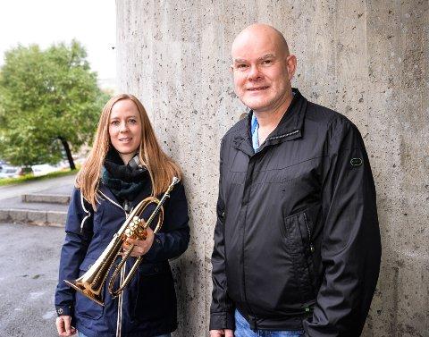 Medspillere: (F.v) dirigent Eli Margrethe Hemma og økonomiansvarlig Trond Grønvold som også spiller tuba ønsker flere medspillere i BrassiMo.