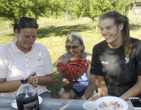 JORDBÆR I VENTETIDA: Anita Opheim bød på jordbær, kjeks og fløte mens hovslageren skar høver. Bente Obstfelder (t.v.) og Stine Obstfelder fra Biri klarte selvfølgelig ikke å motstå husfruens fristelser.