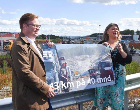 GLEDE: Både Ringsaker-ordfører Anita Ihle Steen (Ap) (t.h.) og Innlandets fylkesordfører Even Aleksander Hagen (Ap) mottok budskapet om at ny E6 fra Brumunddal til Moelv åpner tidligere med store smil.