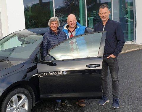 BILVINNER: Grete Pettersen vant en måneds bruk av e-Golf. Med på bildet er Rune Stenslette og Bjørn Andreassen fra Hamax Auto i Hønefoss.