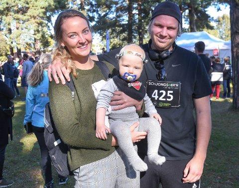 EN FORNØYD FAMILIE: Ekteparet Martine og Daniel Osen Ellefsen med lille Martinius fikk overskuddet fra Schjongstesten. Nå kommer også en Lions-klubb med penger til familien.