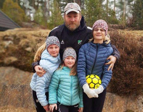FÅR MER TID: HBK-trener Jan Gundro Thorstensen sammen med døtrene Mathilde (11), Johanne (9) og Kristine (13).