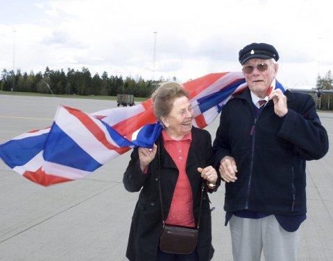70 år etter: Douglas John Coxell (94) var den første allierte piloten som landet på Gardermoen under frigjøringen. Der traff han Ruth Damgaard. Fredag møttes de igjen.