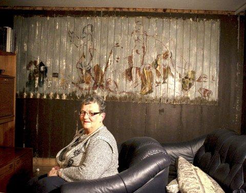 Har en ekte Ekeland på veggen: Jorunn Bergerud har hatt dette store veggmaleriet bak tapet og plater i stua si. – Det er jo litt spesielt, sier hun. FOTO: ELISABETH JOHNSEN