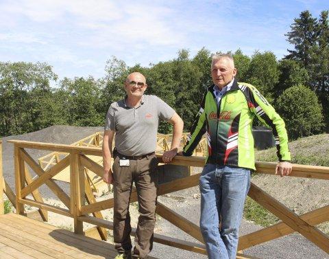 BEGYNNER Å TA FORM: Sykkelparken som skal stå ferdig i september begynner å ta form. Arne Fiske (t.v.) og Terje Ruud er fornøyde. Foto: Veronika Sletta