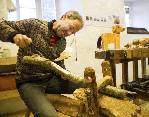 PÅ TELJEHESTEN: Krakken Lars Wegge sitter på er en teljehest, og har sitt eget kapittel i sløydboka hans. – På enkelt vis låser jeg stokken fast for å forme den med bandkniv, sier han.
