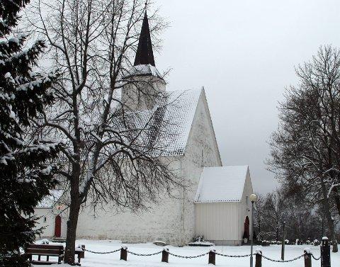 TIL AFTENS: Røyken kirke fylles med proffe musikere til onsdagens aftensang.
