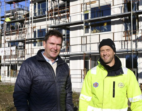 Under oppføring: Hans Jørgen Evensen her sammen med byggeleder Sigurd Espeland. ALLE FOTO: INGUNN HÅKESTAD BRÅTHEN
