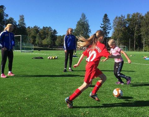 SF-besøk: Spillere fra Sandefjord Fotball kvinner stilte opp og bidro på jentedagen.