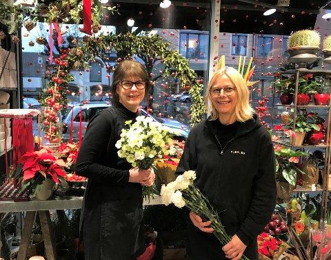 PÅ PALLEN: Laila Ødegård og Ane Rørstad ble kåret til vinnere av årets julevindu 2020.