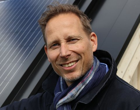 MYE REGN GIR LAV PRIS: Salgssjef Stig Andresen i Fortum forklarer sammenhengen mellom værforhold og strømpris.