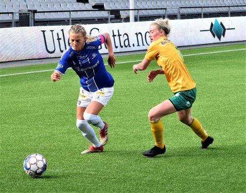 Sarpsborg 08, her ved kaptein Camilla Bønøgård, ble påført det første tapet i årets 2. divisjon avdeling 1 i fotball da Frigg vant 3-1 i Oslo mandag. Dette bildet er fra sarpingenes hjemmekamp mot Ullensaker/Kisa 25. mai. (Foto: Kjetil A. Berg)