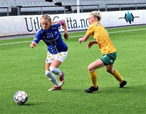 Camilla Bønøgård (t.v.) scoret det første målet for Sarpsborg 08 da de beseiret Stabæk 2 med 2-0 på bortebane i 2. divisjon avdeling 1 i fotball søndag. (Foto: Kjetil A. Berg)
