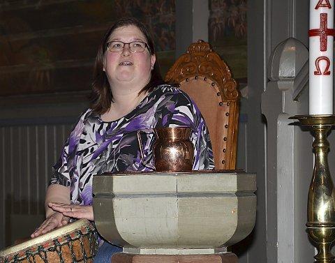 SPILTE TROMMER: Denne kvinnen var en av mange som bidro på allsangen.