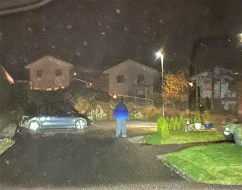 SPANING: André Sollund fulgte etter mennene han oppfattet var ute på spaning for eventuelle gjenstander å stjele senere. Det var da han tok dette bildet av den ene mannen. Politiet ber folk følge med i sitt eget nabolag.