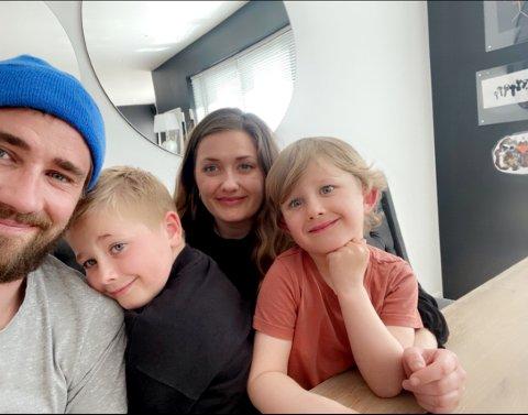 Emil (6), Mio (4) og samboer Erik er heltene til Lotte. - Hver gang jeg skal slappe av kravler ungene på meg. Heldigvis trives hun godt med det.