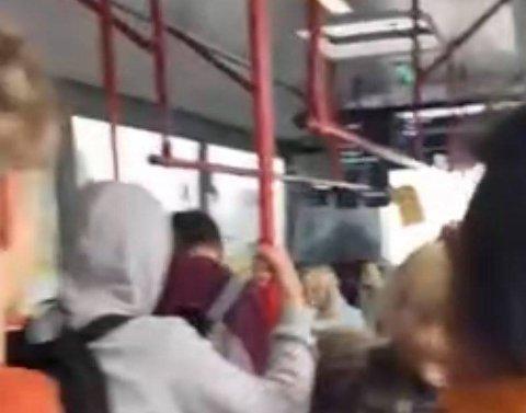 BUSSPENDLING: Lise Aukland Schmidt, som ikkje ønskjer å stå fram med bilde, trur ho blei smitta på bussen på veg til eller frå skulen på Randaberg. Her frå skulebussen til Strand vgs.