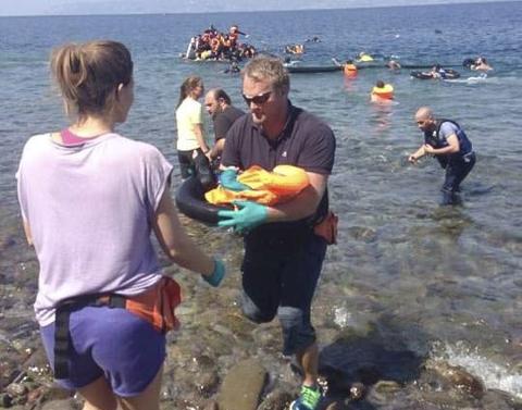 Tommy Rogn bar i land sitt første flyktningbarn allerede første dagen han kom til Hellas. Monica Hegna sto på stranda og tok imot. (Foto: Privat)