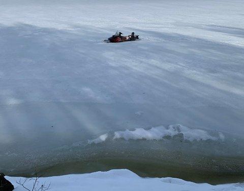 Slik står snøskuteren på Toke ikke langt fra land, men synes fortapt fra å reddes. Foto: Geir Aarmodt