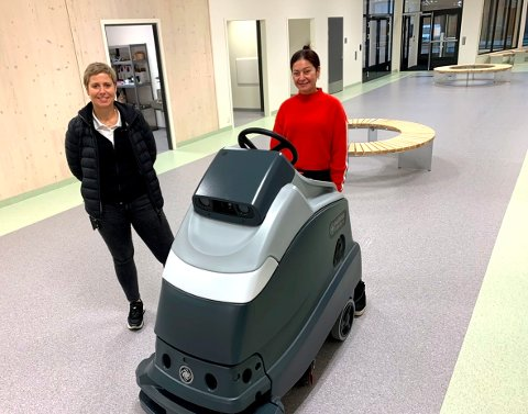 """REDDER ØKONOMIEN: Roboten """"Stian"""" er Skiens nye våpen i kampen for å balansere kommunebudsjettet. Den er effektiv og klager ikke på arbeidsmengden. Enhetsleder renhold (t.v.) Irene Jørgensen er tilfreds med  det helt ferske innkjøpet, det er også renholder Yusdenia Cuadrado."""