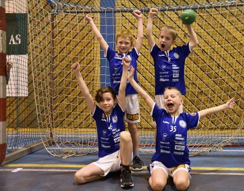 IVRIGE: Det er ingen tvil om at 8-åringene Olav André Smylingsås (venstre bak), Tor Henrik Lund, Adrian Lerstang (venstre foran) og Didrik Rønningen hadde det moro på lørdagens håndballturnering. Alle har planer om å fortsette med håndball i mange år - og selvfølgelig å komme på landslaget.