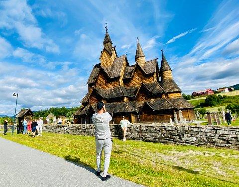 GODT BESØKT: Stavkirka er godt besøkt i sommer, til tross for færre utenlandske turister. Rasa Bubliauske og Marius Bubliauskas er fra Litauen, men bor i Oslo. De hadde sett bilde av stavkirka på Instagram - og bare måtte stoppe når de så den fra veien.