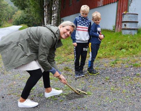 Gunnhild Vetleseter Bøe demonstrerer «vippe jeppe» for sønnene Syver og Einar.