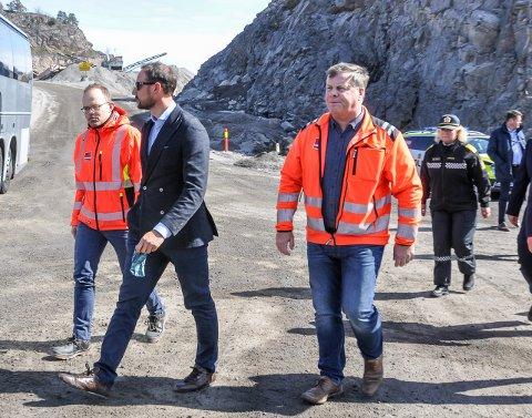 OMVISNING: Konserndirektør Jørgen Porsmyr (t.v.) og distriktsleder Ole Stensholt i AS Veidekke, som eier pukkverket på Freste, ga kronprins Haakon omvisning.