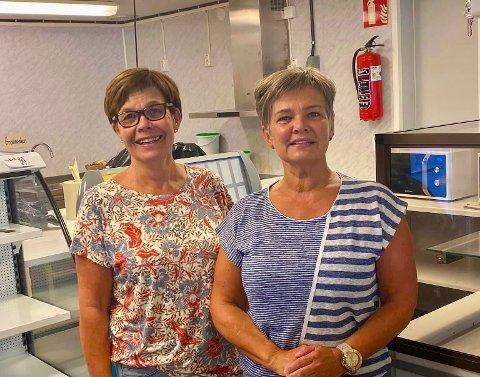 SØSTRENE ARTHURSON: I tretten år har Torun Arthurson Dahl (til venstre) og Kari Arthurson Hansen servert mat til elever og ansatte ved Re videregående.