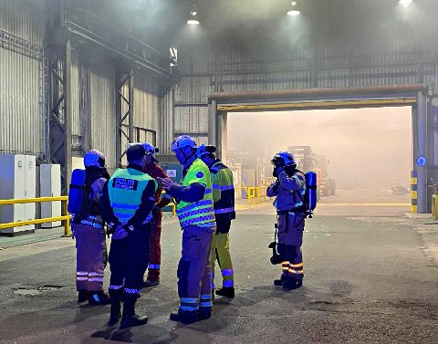 FIKK KONTROLL: Brannmannskaper fra Kopstad rykket da brannalarmen på Hydro gikk natt til tirsdag.