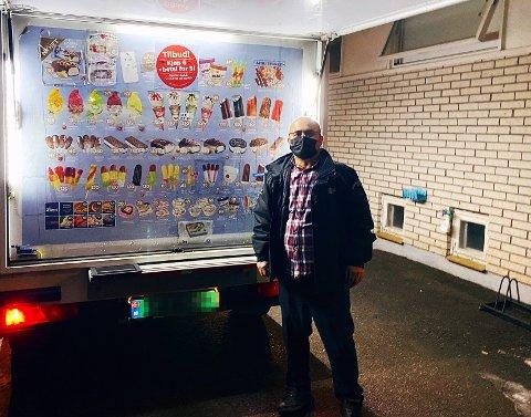 ISBILEN: Mehmet Aricigil har vært sjåfør av isbilen i over 11 år, han mener nordmenn er de hyggeligste folkene i verden - og de beste kundene.