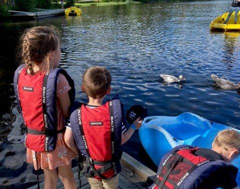 UT I BÅT: Anita Svebakk nevner blant annet dårlig smittevern ved båtene, og synes det burde vært noen som sørget for at folk spritet hendene sine. Her er barnebarna på tur ut i båten.