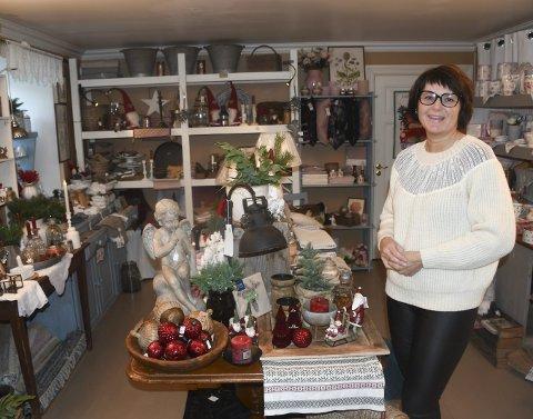 Utstillinger: Eva Bjørnbakk har selvsagt utstilt mange pyntegjenstander som hører julen til nå i desember. Hun legger vekt på å ha et bredt vareutvalg fra forskjellige leverandører, og bytter utstillinger ganske ofte.