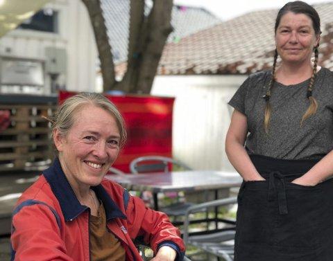 Linn og AK: - Jeg har et godt team rundt meg. Og jeg har et veldig godt samarbeid med Næs Jernverksmuseum og Knut Aall. Det er jeg takknemlig for, sier Linn. Her sammen med servitør AK (Ann Kristin). Museumshaven er opptatt av å ha en laid-back atmosfære, hvor alle skal føle seg velkommen.  Foto: Siri Fossing