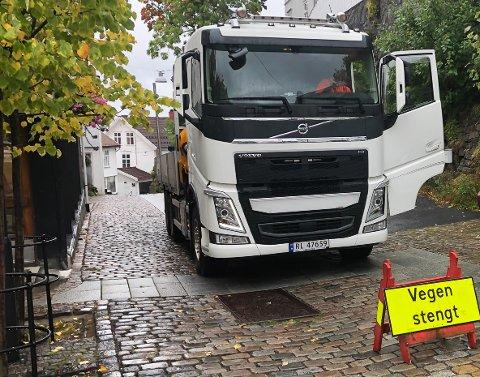 Lastebilene som kjører takstein til Forvaltergården blir også hindret av skiltet, men de får til gjengjeld lov til å gå ut og flytte på det.