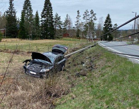 Bilen havnet i grøfta etter sammenstøtet med stolpen. Privat foto