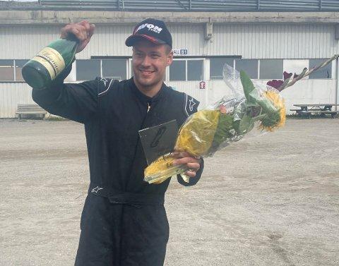 VANT SIN KLASSE: Andreas Myhre med beviset på at han gikk til topps i helgas NM-runde i rallycross.