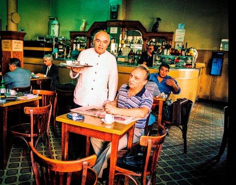 PARIS: Café Bar Los Galgos på hjørnet av Calle Callao og Avenida Corrientes er en klassisk kafé innredet i stil fra Paris rundt århundreskiftet, med enkle trebord og høy bardisk, en oase der tiden synes å ha opphørt å eksistere.