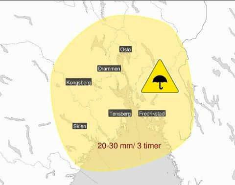 Farevarsel: Det er sendt ut gult farevarsel for kraftige regnbyger på sentral Østlandet tirsdag. Skjermdump: Meteorologisk institutt