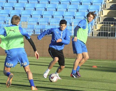 TRØKK: Samhold og en fandenivoldsk innstilling skal lyse gjennom når Drammen FK spiller kamper denne sesongen. Da må det også smelle på trening. Her passerer Awat Peyghambernejad forsvarer Sindre Horgen på torsdagens trening.