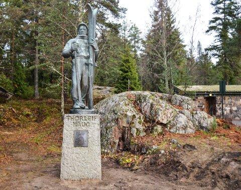 På plass: Thorleif Haugs-statuen har kommet til Spiraltoppen der den står like ved siden av stiene som fører inn i marka.