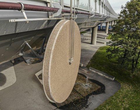 Skrapes av: «Verdens lengste kunstverk», granitthjulet på motorveibrua ved Mads Wiels Plass, har i løpet av tolv år blitt rundt en halv centimeter mindre.